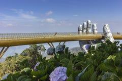 Da Nang, Vietname - 31 de outubro de 2018: Os turistas na ponte dourada, um passeio pedestre levantado por duas m?os gigantes, ab fotos de stock royalty free