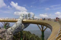 Da Nang, Vietname - 31 de outubro de 2018: Os turistas na ponte dourada, um passeio pedestre levantado por duas m?os gigantes, ab foto de stock