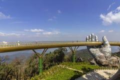 Da Nang, Vietname - 31 de outubro de 2018: Os turistas na ponte dourada, um passeio pedestre levantado por duas m?os gigantes, ab fotografia de stock
