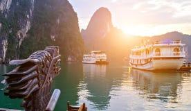 Da navigação de madeira da sucata do navio do sol do cruzeiro baía longa do Ha, local do patrimônio mundial do UNESCO de Dragon V foto de stock royalty free