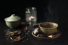 Da obscuridade vida acolhedor ainda com o copo do chá quente com cookie do pão-de-espécie imagem de stock royalty free