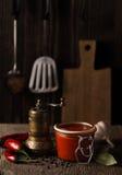 Da obscuridade vida ainda com molho picante e ingredientes da pimenta de pimentão Imagens de Stock
