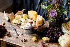 Da obscuridade vida ainda com queijo diferente Fotografia de Stock Royalty Free