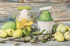 Da Páscoa vida ainda, cartão - ainda vida rústica com os ovos da páscoa em umas cubetas Imagem de Stock
