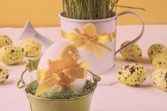 Da Páscoa vida ainda, cartão - ainda vida rústica com os ovos da páscoa em umas cubetas Fotos de Stock