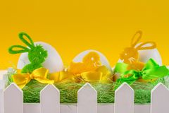 Da Páscoa vida ainda, cartão - ainda vida rústica com ovos da páscoa, que são cercados com cerca branca Fotos de Stock Royalty Free