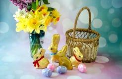 Da Páscoa vida ainda com os coelhos dourados do chocolate imagem de stock royalty free