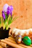 Da Páscoa vida ainda com ovos e açafrão coloridos das flores Fotos de Stock