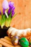 Da Páscoa vida ainda com ovos e açafrão coloridos das flores Imagem de Stock