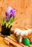 Da Páscoa vida ainda com ovos e açafrão coloridos das flores Imagens de Stock