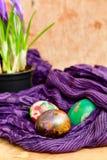 Da Páscoa vida ainda com ovos e açafrão coloridos das flores Fotos de Stock Royalty Free