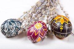 Da Páscoa vida ainda com ovos pintados à mão e salgueiro de bichano Foto de Stock