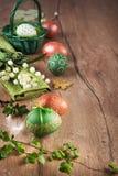 Da Páscoa vida ainda na madeira no verde, no marrom e no branco Imagens de Stock