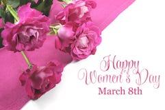 Día para mujer internacional feliz, el 8 de marzo, rosas y texto Fotografía de archivo