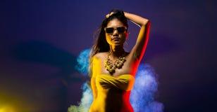 Da pele bronzeado asiática da mulher da forma cabelo preto bonito foto de stock royalty free