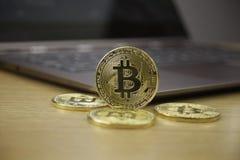 Da pena física do metal do ouro da moeda de Digitas moeda vermelha do coração Conceito de Cryptocurrency imagem de stock