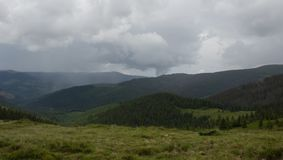 Da Petros e da Hoverla per schioccare Ivan sulla cresta montenegrina fotografia stock libera da diritti