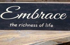 Da ponta abraço aproximadamente a riqueza da cópia da vida na parede imagem de stock royalty free