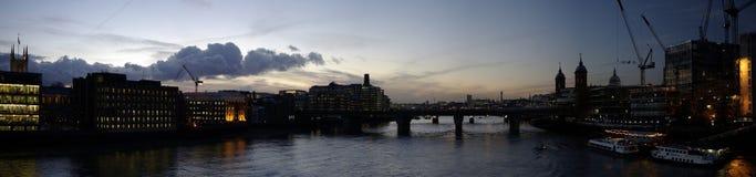 Da ponte de Londres na noite Fotografia de Stock Royalty Free