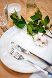 Da portare in tavola decorato per la cena La tavola meravigliosamente decorata ha messo con i fiori, i piatti ed i tovaglioli per Fotografia Stock