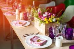 Da portare in tavola decorato per la cena La tavola meravigliosamente decorata ha messo con i fiori, le candele, i piatti ed i to Fotografie Stock Libere da Diritti