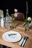 Da portare in tavola decorato per la cena La tavola meravigliosamente decorata ha messo con i fiori, le candele, i piatti ed i to Fotografia Stock