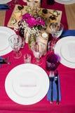 Da portare in tavola decorato per la cena La tavola meravigliosamente decorata ha messo con i fiori, le candele, i piatti ed i to Immagine Stock Libera da Diritti