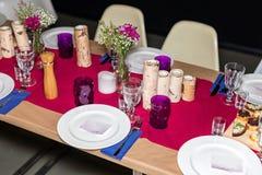 Da portare in tavola decorato per la cena La tavola meravigliosamente decorata ha messo con i fiori, le candele, i piatti ed i to Fotografia Stock Libera da Diritti