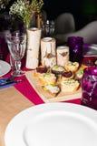 Da portare in tavola decorato per la cena La tavola meravigliosamente decorata ha messo con i fiori, le candele, i piatti ed i to Immagini Stock
