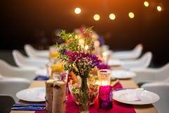 Da portare in tavola decorato per la cena La tavola meravigliosamente decorata ha messo con i fiori, le candele, i piatti ed i to Immagini Stock Libere da Diritti