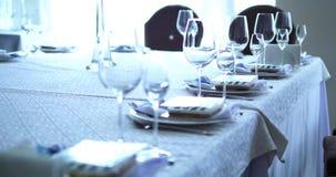 Da portare in tavola decorato per la cena La tavola meravigliosamente decorata ha messo con i fiori, le candele, i piatti ed i to stock footage