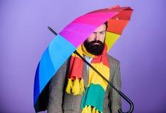 Da posse farpada do moderno do homem guarda-chuva colorido Parece chover Os dias chuvosos podem ser resistentes obter completamen foto de stock