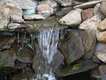Da rocha da cachoeira da fonte da lagoa musgo sintético fora Fotografia de Stock Royalty Free