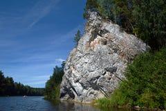 ` Da rocha da sentinela do ` do penhasco na costa do rio de Chusovaya Fotos de Stock Royalty Free