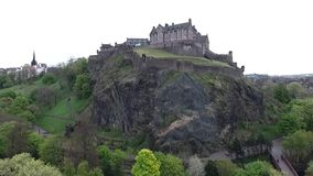 Da rocha histórica do castelo de scotland da cidade de Edimburgo tiro nebuloso da antena do dia video estoque