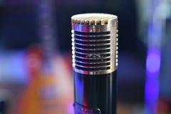 ` Da sala de estar do ato do ` do vintage o microfone 1952 de condensador no fim do estúdio de gravação acima fotografia de stock