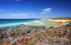 Día soleado en la playa de Bingie, Australia Imagenes de archivo