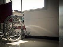 Da solo con una sedia a rotelle Fotografie Stock