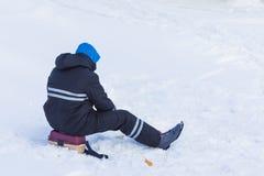 Da solo il pescatore sul ghiaccio e sulla neve del fiume di inverno fotografia stock libera da diritti