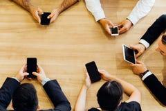 Da sopra della gente di affari che per mezzo degli smartphones immagine stock libera da diritti