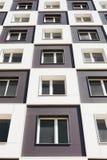 Da sotto il colpo della costruzione di appartamento moderna e nuova Foto di un caseggiato alto contro un cielo blu Fotografia Stock Libera da Diritti