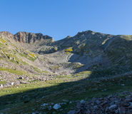 Da sotto voi può vedere la grandezza della cima della montagna fotografia stock libera da diritti