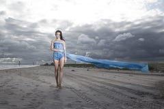 Da terra arrendada vestido azul modelo por muito tempo Imagens de Stock