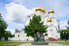 ` Da trindade do ` da escultura na catedral da suposição em um dia ensolarado de julho yaroslavl Foto de Stock Royalty Free
