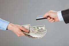 Da troca executivos de cartão e dinheiro de crédito Imagem de Stock