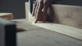 Da un trabajo de las herramientas del carpintero y del ` s del carpintero El carpintero hace los muebles Foto de archivo libre de regalías