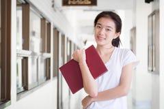 Da universidade tailandesa do estudante da porcelana de Ásia a menina bonita leu um livro Fotos de Stock Royalty Free