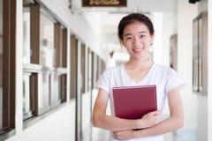 Da universidade tailandesa do estudante da porcelana de Ásia a menina bonita leu um livro Imagens de Stock Royalty Free