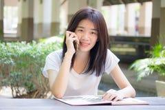 Da universidade tailandesa do estudante da porcelana de Ásia menina bonita que chama o telefone esperto Fotografia de Stock