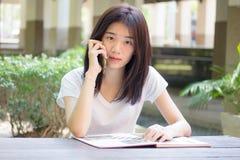 Da universidade tailandesa do estudante da porcelana de Ásia menina bonita que chama o telefone esperto Imagem de Stock Royalty Free